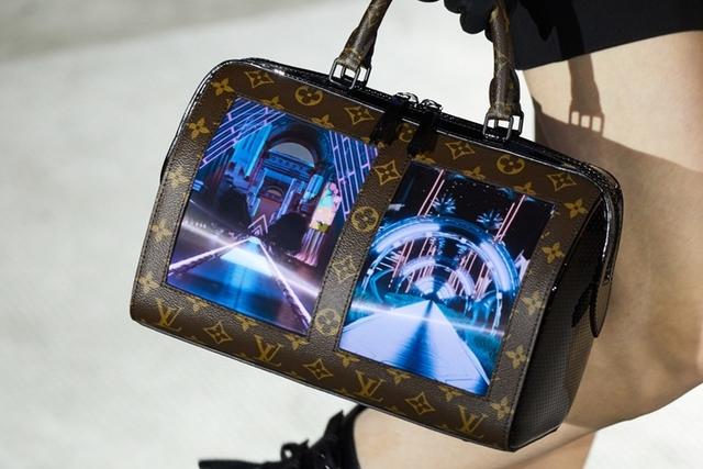 Дом моды Louis Vuitton встроил гибкий дисплей в дамскую сумочку