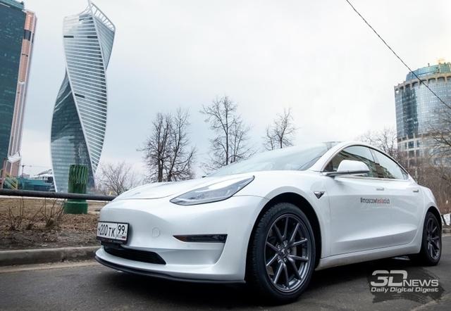 Электромобиль Tesla теперь может менять полосы движения самостоятельно